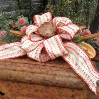 Traditional Christmas Swag - Decoration Made from Cinnamon Sticks, Artificial Greenery and Berries - Shelf Sitter or Wall Hanging